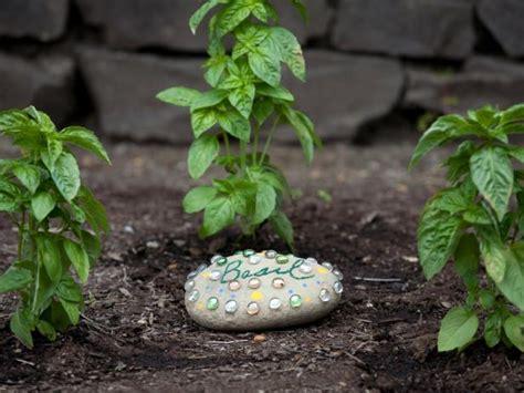 How To Make A Decorative Garden Stone How Tos Diy Garden Decorative Rocks