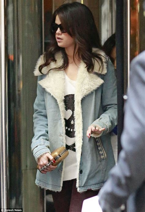 Terlaris Selena Glitter Cardigan justin bieber better out selena gomez is armed and dangerous with studded knuckleduster
