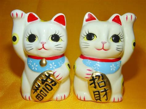 pair  lucky cat statues left hand    paw