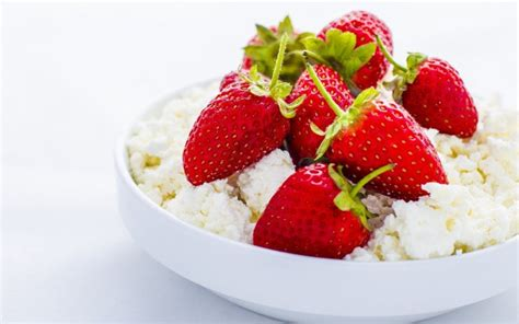 Strawberries And Cottage Cheese by 7 Delicious And Filling Burning Snacks