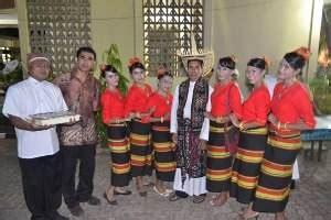 Anting Perak Bentuk Bulan Sabit Motif Bulat Fitinline Pakaian Adat Suku Rote