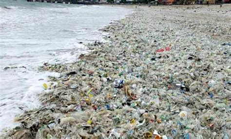 dua pantai  kebanjiran sampah plastik balipostcom
