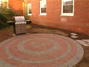 How To Lay Patio Pavers How To Lay A Circular Paver Patio How Tos Diy
