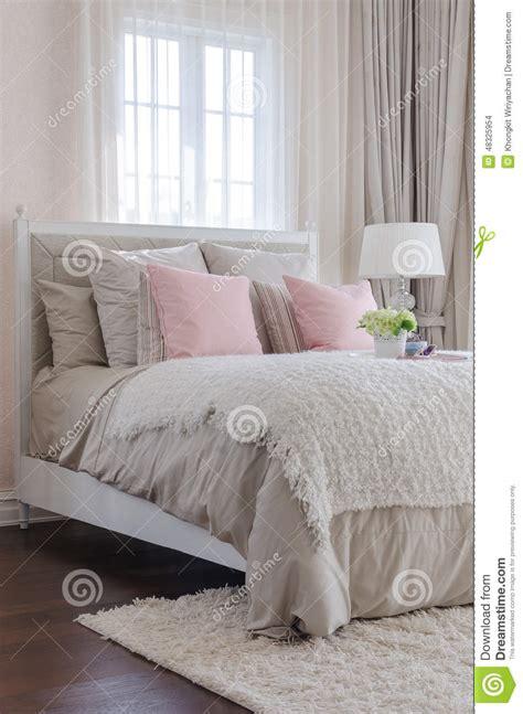 fare l sul letto da letto di lusso con i cuscini rosa sul letto