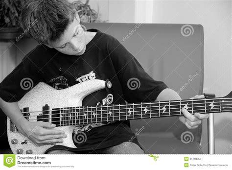stuhl zum gitarre spielen junge der ba 223 spielt stockfotografie bild 31168752