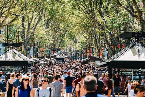 libro promenades dans la barcelone foule des personnes dans la ville centrale de barcelone sur la rue de rambla de la image