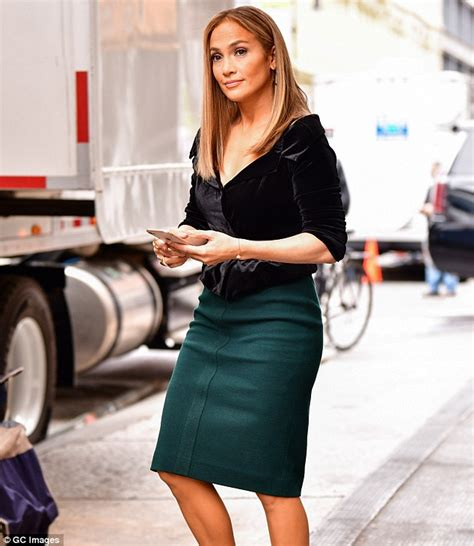 den skirts for 47 yr old jennifer lopez wears green skirt while doing re shoots for