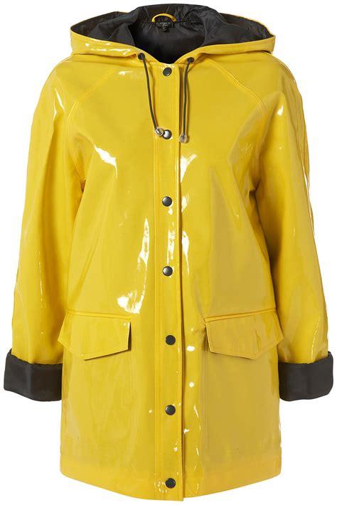 yellow raincoat putting the tea in yellow raincoat
