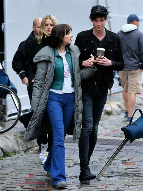 film romantis grey dakota johnson gandeng mesra pacar di lokasi syuting film