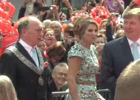 sedere moglie il sindaco tocca il sedere alla d olanda