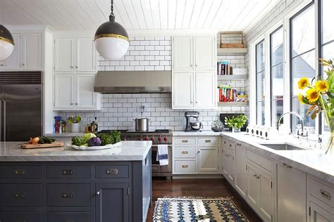 excelente cocina blanca y suelo gris #1: compare-these-two-amazingly-similar-but-different-kitchens-3.jpg