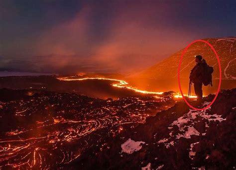 film animasi gunung meletus lihat ada sosok manusia berdiri ketika gunung meletus