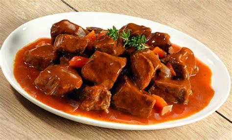 cucinare gulash come preparare il gulash ungherese con la pentola a
