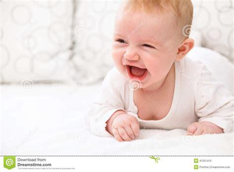 im bett liegen l 228 chelndes baby liegen im bett stockfoto bild 41331413