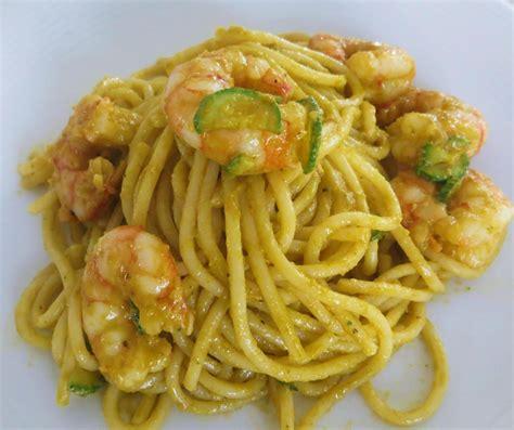 gamberi e fiori di zucca spaghetti con gamberi e crema di fiori di zucca ricette