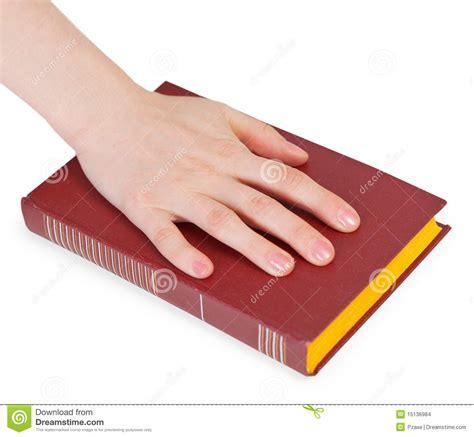 mano de la persona que relata el juramento en el libro foto de archivo imagen 15136984