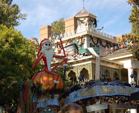 the sights of haunted mansion holiday at disneyland the haunted mansion holiday
