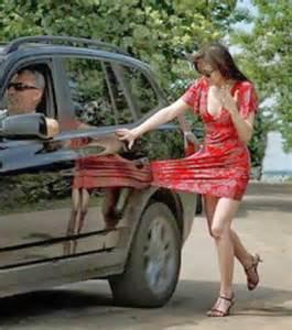 photo une femme avec la robe coinc 233 e dans la porti 232 re d