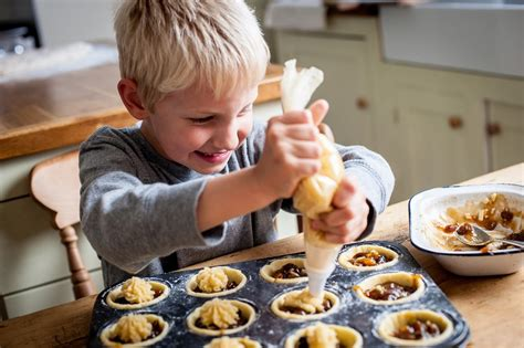 cuisiner avec ses enfants 10 id 233 es pour occuper vos enfants quand il pleut ou qu il