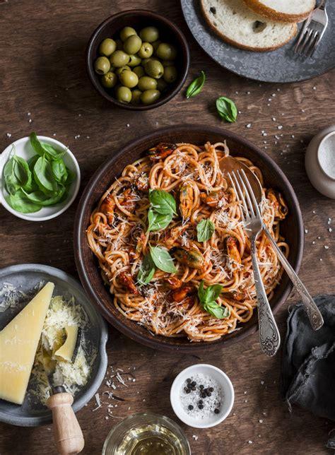 tavola pranzo tavola pranzo spaghetti con salsa al pomodoro e le