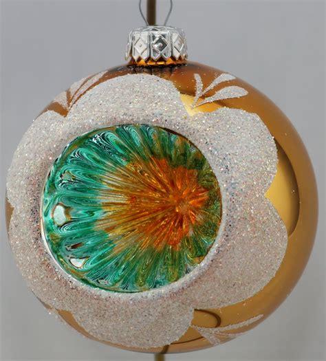 Bunte Lenschirme Aus Glas by Gl 228 Nzende Bunte Weihnachtskugeln Mit Reflexen Aus Glas