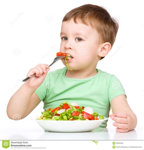 imagenes de niños jugando y comiendo el ni 241 o peque 241 o lindo est 225 comiendo la ensalada vegetal