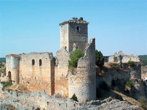 el castillo de ucero en obras y con visitas guiadas los fines de semana hasta el pilar
