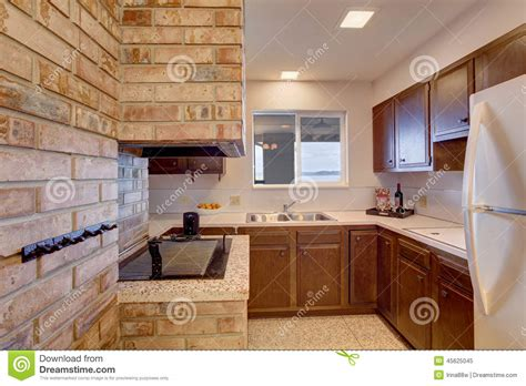 cuisine en sous sol pi 232 ce de cuisine de sous sol avec la chemin 233 e photo stock