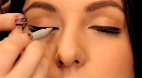 tutorial eyeliner in crema master the winged eyeliner look with this 5 step tutorial