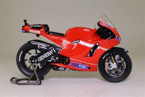 Diecast New Moto Gp Ducati Skala 1 12 Authorized minichs 1 12 ducati desmosedici moto gp 2010 casey