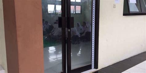 Meja Belajar Di Jakarta sma negeri di bekasi tak ada meja kursi siswa belajar