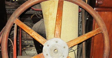 Patung Babi Sepasang Topi antik dan seni stir kapal kayu antik