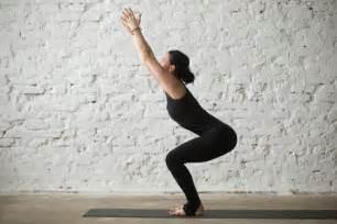 imagenes de yoga beneficios postura de la silla de yoga beneficios y consejos