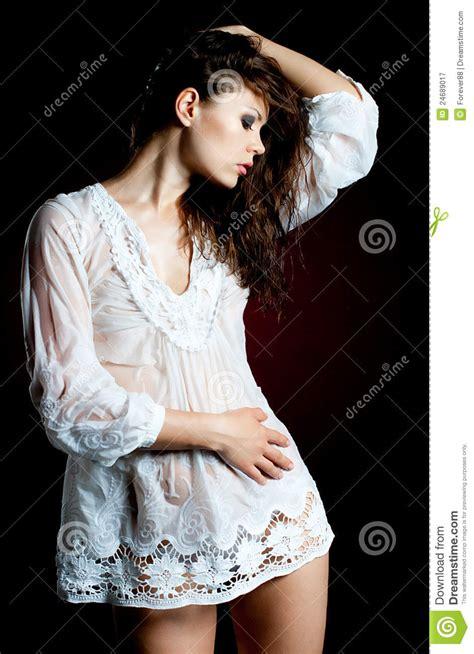 donna bagnata giovane donna in camicia bagnata fotografia stock libera