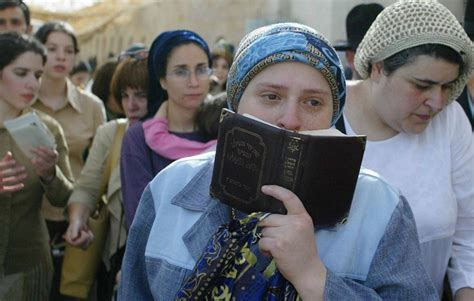 imagenes de costumbres judias las mujeres jud 237 as divididas entre el 233 xito y la sumisi 243 n