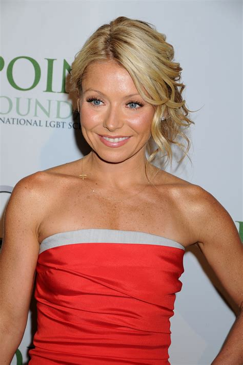 kelly ripa with curls kelly ripa messy updo messy updo lookbook stylebistro