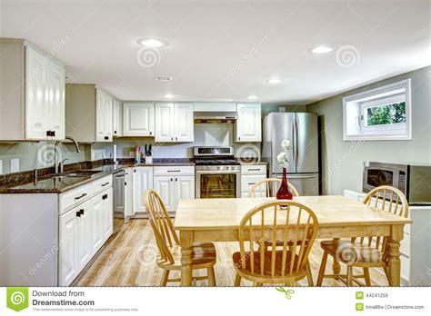appartamento seminterrato stanza della cucina seminterrato appartamento della