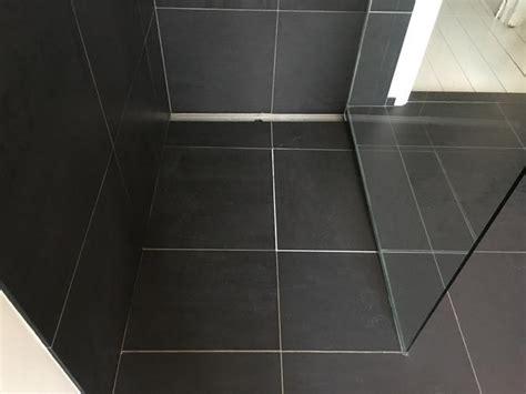tegels badkamer liggen los opnieuw voegen douche badkamer vervangen tegel 1x