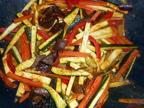 comment cuisiner avec un wok recette de wok de nouilles chinoises aux l 233 gumes