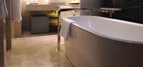 badewanne installieren freistehende badewanne schlafzimmer ferienwohnung