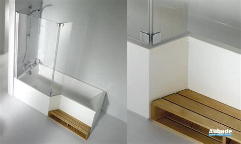 salle de bain avec baignoire et