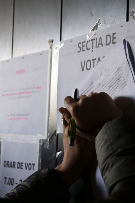 consolato di romania a bologna in fila al consolato romeno di bologna per votare per il