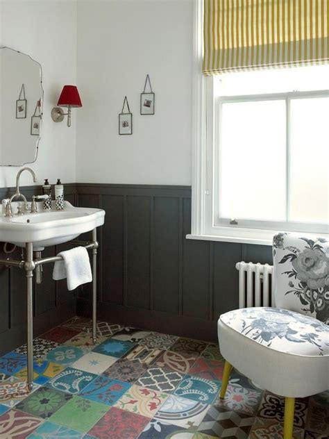 Badezimmer Unterschiedliche Fliesen by Badezimmer Mit Vintage Armatur Und Unterschiedliche Bunte