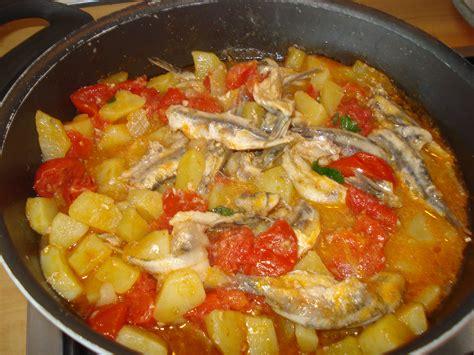 come cucinare alici alici con patate e pomodorini in padella