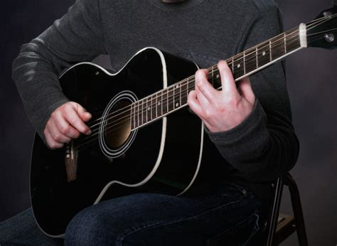 cara bermain gitar dipetik mudah menguasai gitar 4 tips cepat belajar bermain gitar