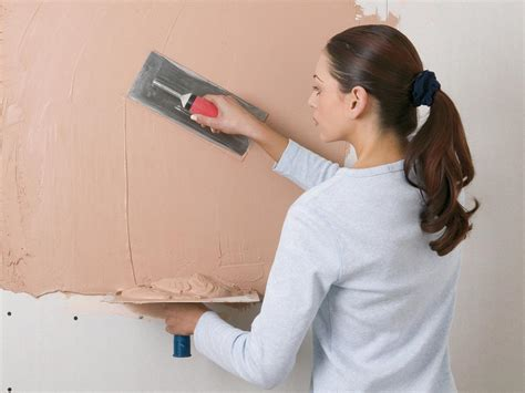 Apply In Person How To How To Apply Finish Plaster On Walls How Tos Diy