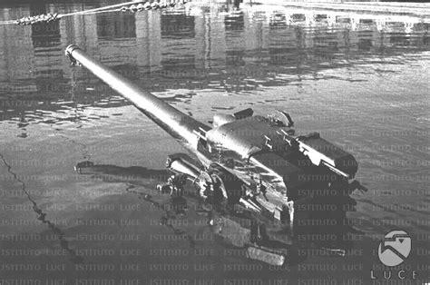 porto militare francese il cannonedi un sommergibile francese affondato emerge