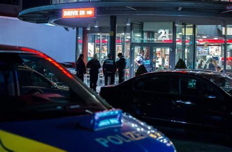 schnellrestaurant stuttgart vor einem schnellrestaurant sucht die polizei nach der