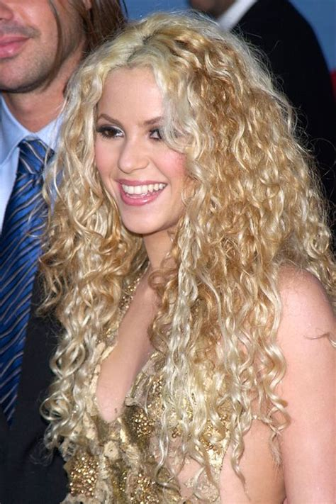 is shakiras hair naturally curly shakira s goldlilocks hair extensions the hair 411 com