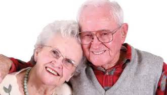 dos hombres una mujer haciendo el dos abuelos estaban haciendo el amor en una cama muy muy